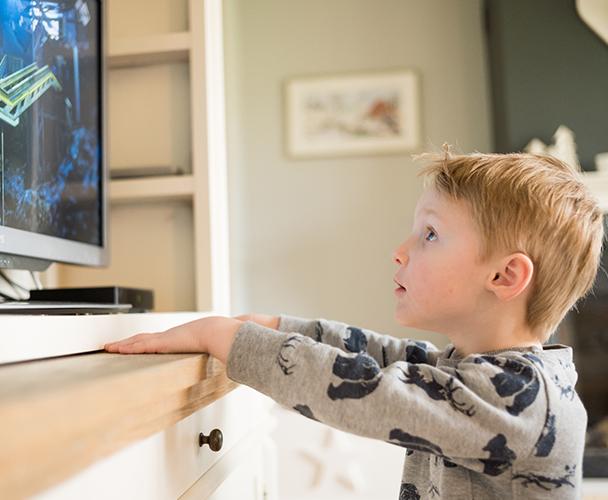 kind kijkt naar tv